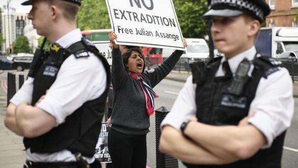 Účstnice akce na podporu spoluzakladatele WikiLeaks Juliana Assange - Sputnik Česká republika