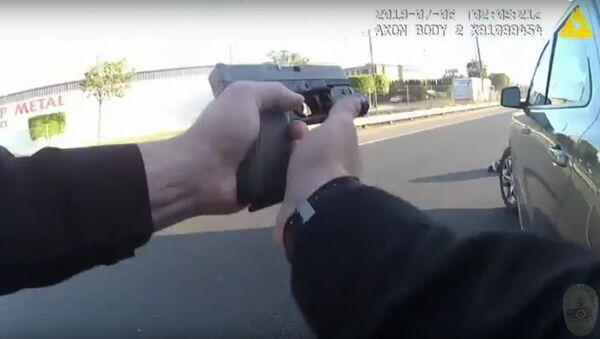 V USA policista omylem zastřelil 17letou dívku, která měla kopii pistole   - Sputnik Česká republika