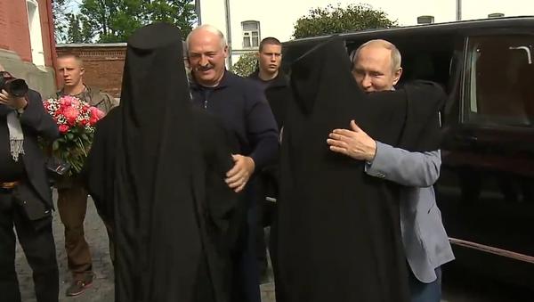 Video: Putin a Lukašenko odešli do kláštera na ruském ostrově Valaam. Byli přivítáni růžemi - Sputnik Česká republika