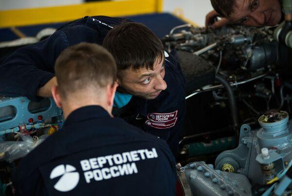 Instalace motoru Ka-52 Alligator na závodě Progress - Sputnik Česká republika
