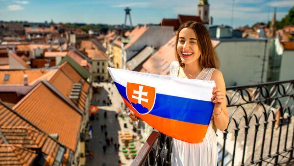 Dívka se slovenskou vlajkou v Bratislavě  - Sputnik Česká republika