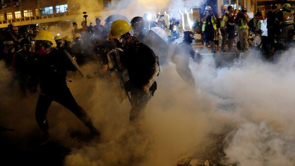 Policie použila gumové náboje a slzný plyn proti demonstrantům v Hongkongu - Sputnik Česká republika