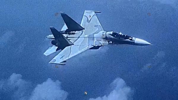 Objevilo se video, na kterém venezuelská stíhačka na svém vlastní území doprovází stíhací letoun USA - Sputnik Česká republika
