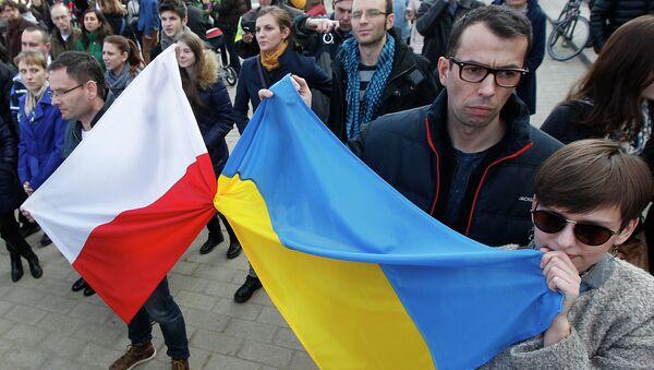 Lidé drží polskou a ukrajinskou vlajku - Sputnik Česká republika