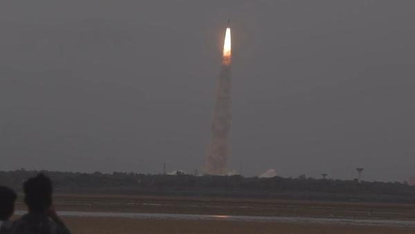 Video: Indie na druhý pokus vyslala do vesmíru nosnou raketu GSLV s prvním indickým lunochodem - Sputnik Česká republika
