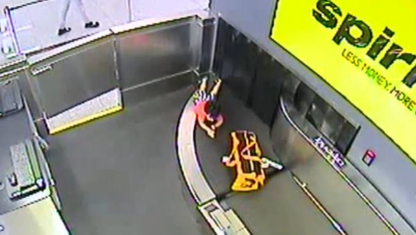 Video: Chlapec na kufrovém pásu ujel do zavazadlového prostoru letiště, kde byl zavalen  - Sputnik Česká republika