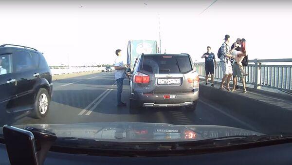 V ruském Saratově řidiči  násilně sundali dívku ze zábradlí mostu přes Volhu - Sputnik Česká republika