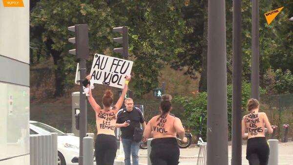FEMEN aktivistky nahoře bez demonstrovaly proti 22 hasičům obviněným ze znásilnění dítěte - Sputnik Česká republika