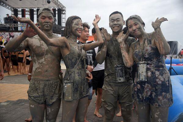 Turisté se koupou v bazénu s blátem během 22. ročníku festivalu bláta v jihokorejském městě Porjong. - Sputnik Česká republika