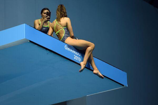 Závodnice si pořizuje selfie na Mistrovství světa v plaveckých sportech Kwangdžu 2019 v Jižní Koreji. - Sputnik Česká republika