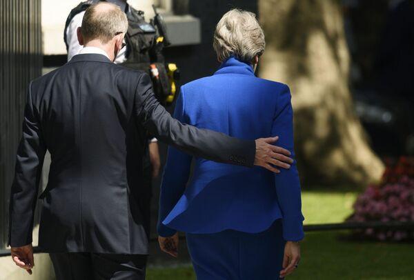 Bývalá premiérka Theresa Mayová opouští rezidenci Downing Street 10 po své rezignaci. - Sputnik Česká republika