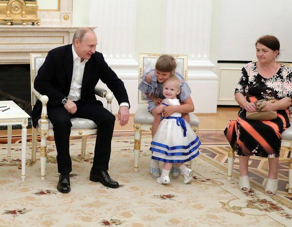 Ruský prezident Vladimir Putin během své schůzky s obyvateli Irkutské oblasti, kteří byli postiženi ničivými povodněmi. - Sputnik Česká republika