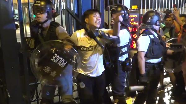 Video: V Hongkongu během demonstrace před policejní stanicí policie rozehnala dav s pomocí obušků a pepřových rozprašovačů - Sputnik Česká republika