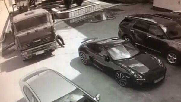 Řidič holýma rukama zastavil pohybující se kamion - Sputnik Česká republika