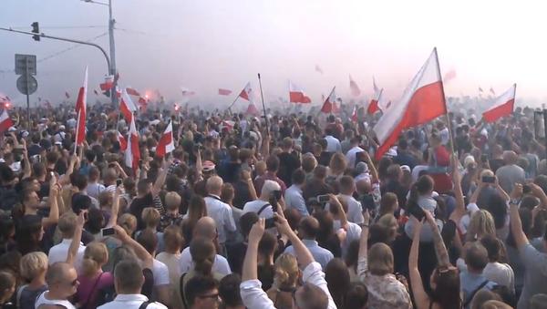 Video: V Polsku pravicoví aktivisté pochodovali po 75 letech od Varšavského povstání  - Sputnik Česká republika