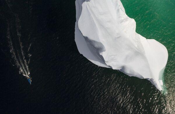 Rybářský člun u ledovce v Bonavista Bay, Newfoundland, Kanada - Sputnik Česká republika