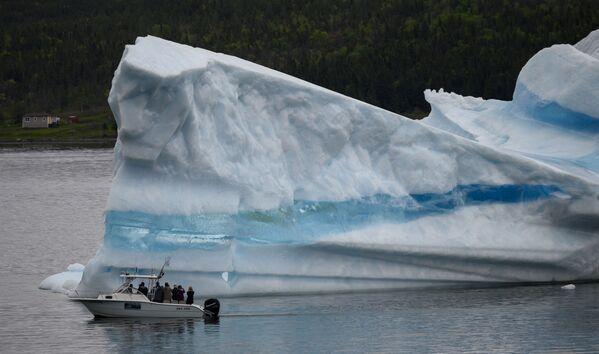 Turisté sledují z lodi ledovce poblíž Kings Point, Newfoundland, Kanada - Sputnik Česká republika