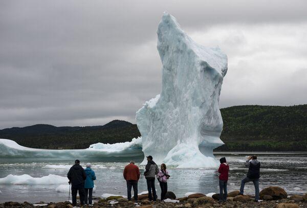 Тuristé poblíž ledovce v Newfoundlandu - Sputnik Česká republika