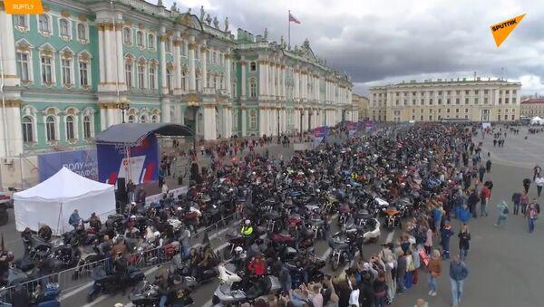 Fascinující motorkáři v kůži projeli středem Petrohradu již po sedmé - Sputnik Česká republika