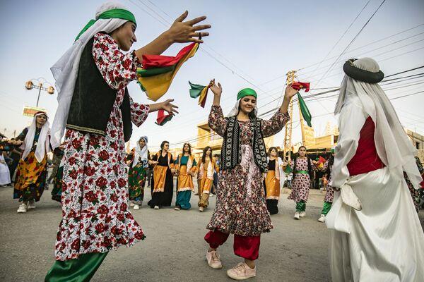 Syrští Kurdové na pouličním festivalu ve městě Rumaylan v severovýchodní provincii Sýrie, Al-Hasaka. - Sputnik Česká republika