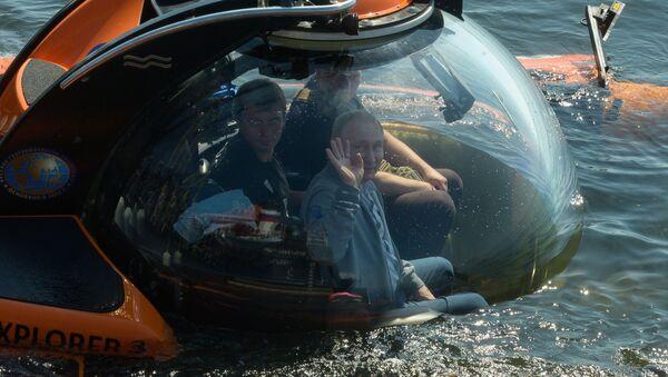 Vladimir Putin před ponořením v batyskafu ve Finském zálivu 27. července 2019 - Sputnik Česká republika