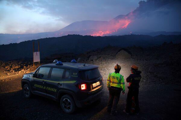 Zaměstnanci italské daňové policie sledují erupci sopky Etna na Sicílii. - Sputnik Česká republika