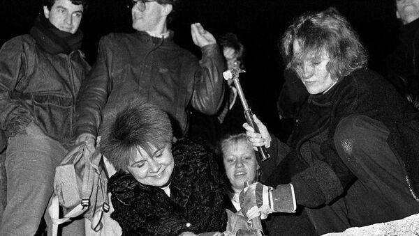 Lidé ničí berlínskou zeď (dne 9. listopadu 1989). - Sputnik Česká republika