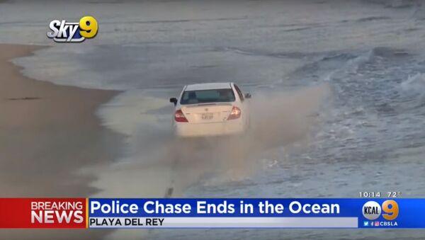 Zloděj se před policií pokusil skrýt ve vlnách oceánu - Sputnik Česká republika