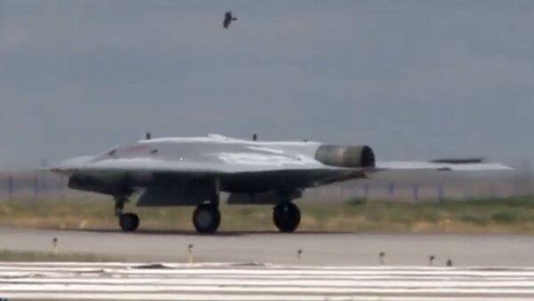 Bezpilotní letadlo Lovec  - Sputnik Česká republika