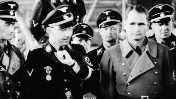 Himmler  se dívá na maketu koncentračního tábora  - Sputnik Česká republika