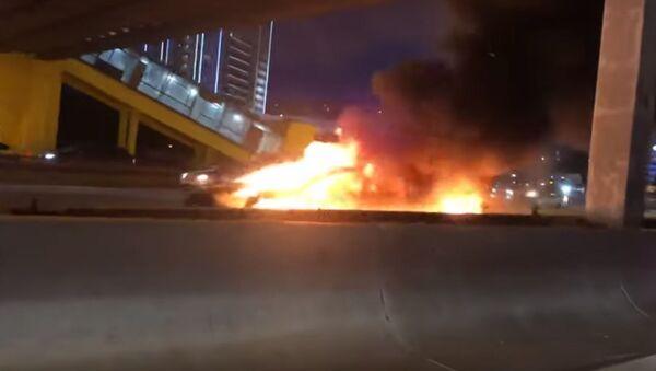 V Moskvě narazilo auto Tesla do jiného auta a explodovalo - Sputnik Česká republika