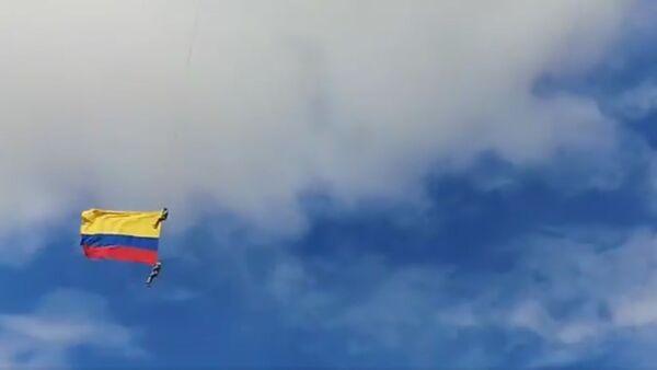 Tragický pád kolumbijských vojáků z vrtulníku na letecké show byl zachycen na video - Sputnik Česká republika