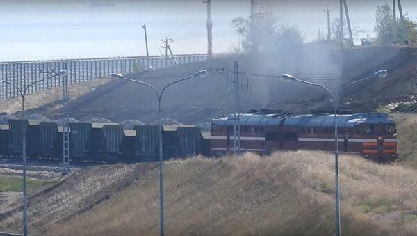 To je ohromující. První nákladní vlak projel po krymském mostu - Sputnik Česká republika