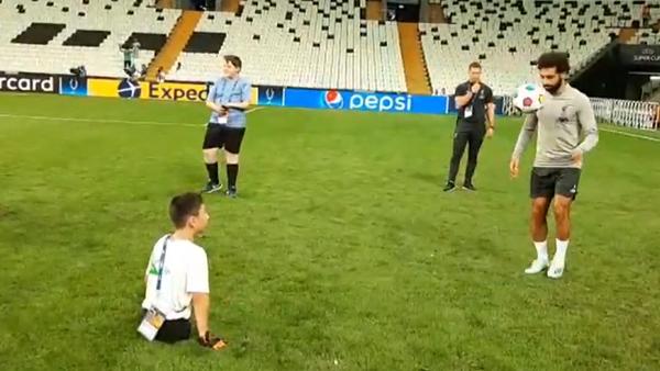 Video: Chlapec, který se narodil bez nohou, se před zápasem o Superpohár UEFA 2019 zúčastnil tréninku s Mohamedem Salahem - Sputnik Česká republika