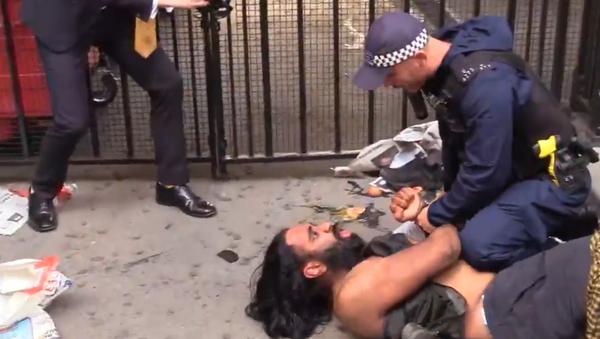 Video: Policie protestujícímu sikhovi během demonstrace proti změně statusu Kašmíru zabavila meč - Sputnik Česká republika