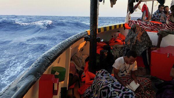 Přistěhovalec čte verše Koránu na palubě španělské humanitární lodi Open Arms - Sputnik Česká republika