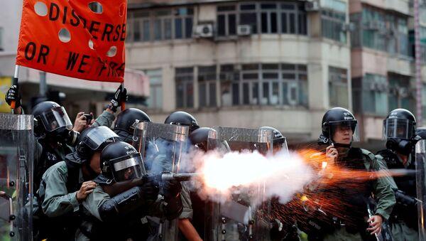Policie používá slzný plyn proti demonstrantům v Hongkongu - Sputnik Česká republika