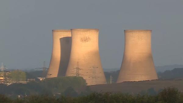 Video: Proměnily se v prach během několika vteřin. V Anglii explodovaly tři věže elektrárny  - Sputnik Česká republika