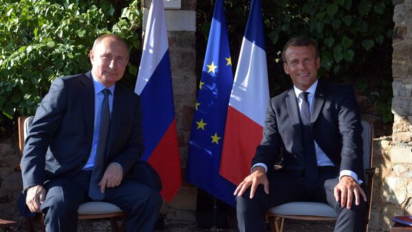 Ruský prezident Vladimir Putin a francouzský prezident Emmanuel Macron během setkání v jižní Francii - Sputnik Česká republika