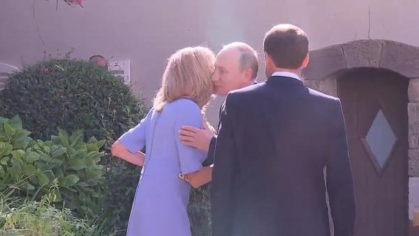 Video: Navzdory zranění Brigitte Macronová přivítala ruského prezidenta Vladimira Putina, od kterého dostala květiny - Sputnik Česká republika