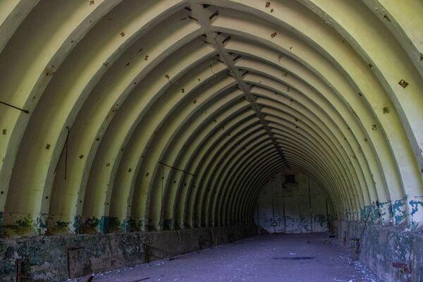Tajný objekt Dvina vyžadoval seriózní údržbu. V takových hangárech byly nakladače pro rakety.  - Sputnik Česká republika