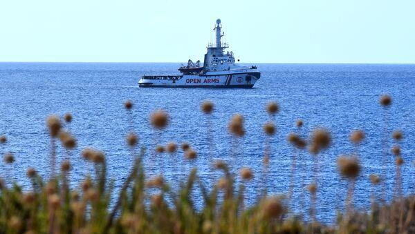 Loď Open Arms u břehů ostrova Lampedusa - Sputnik Česká republika