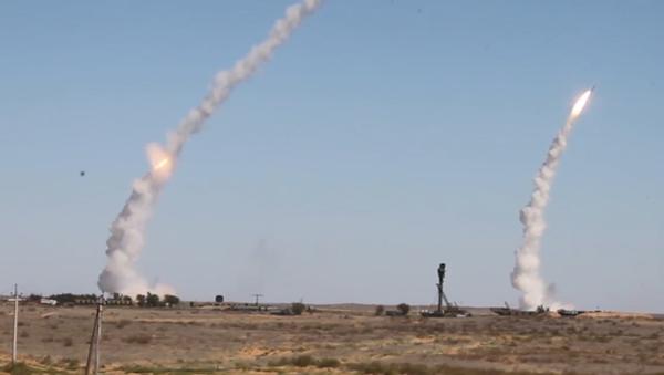 Video: Protiletadlové raketové komplexy S-300 Favorit odrazily masivní raketový útok ze strany fiktivního nepřítele - Sputnik Česká republika
