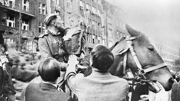 Obyvatelé Prahy vítají Rudou armádu - Sputnik Česká republika