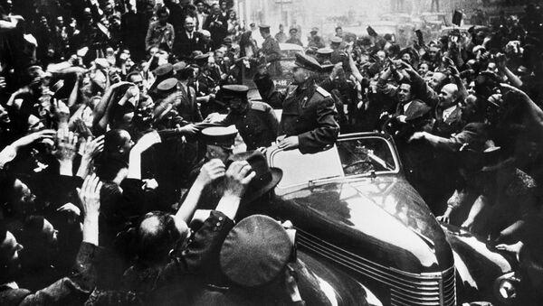 Maršál Sovětského svazu Ivan Štěpanovič Koněv v osvobozené Praze - Sputnik Česká republika