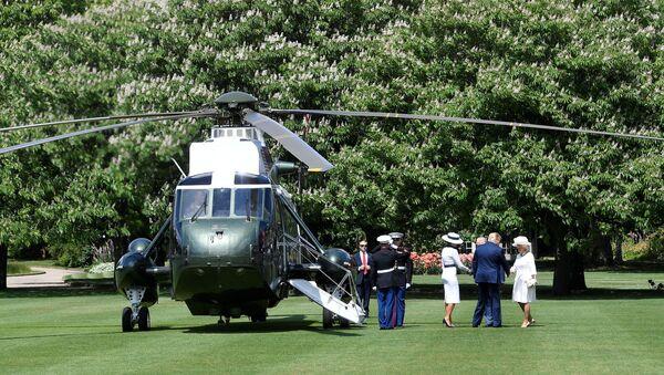 Vrtulník Donalda Trumpa na trávníku před Buckinghamským palácem - Sputnik Česká republika