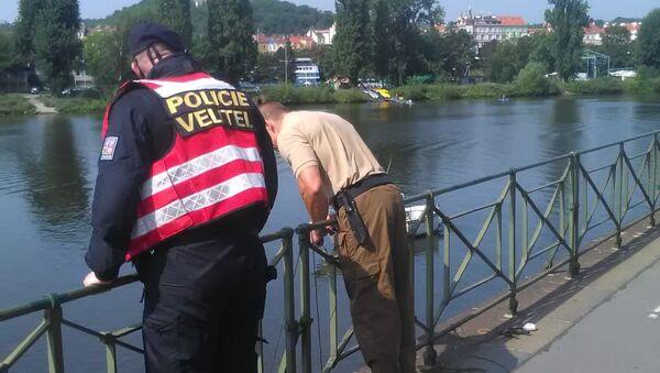 Policie při zásahu u nálezu dvou nevybuchlých granátů v Praze na Podolském nábřeží - Sputnik Česká republika