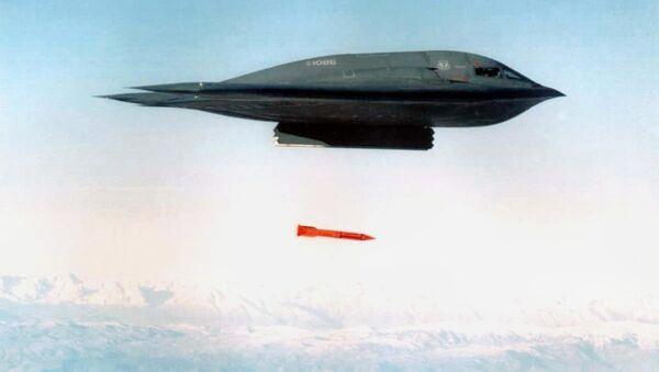 Americký bombardér B-2 Spirit shazuje bombu B61-11. Říjen 2001 - Sputnik Česká republika