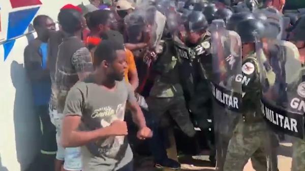 Do USA to nejde. Násilné střety mezi africkými přistěhovalci a mexickou vojenskou policií na mexických hranicích - Sputnik Česká republika