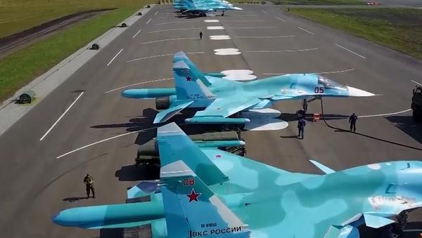 Video: Vojenské cvičení ruského letectva na polním letišti a testování nejmodernějších systémů centralizovaného dotankování letounů - Sputnik Česká republika